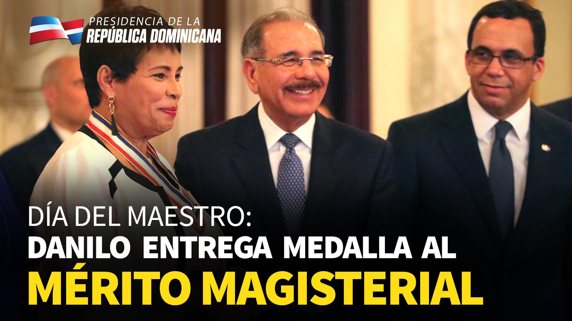Danilo entrega Medalla al Mérito Magisterial