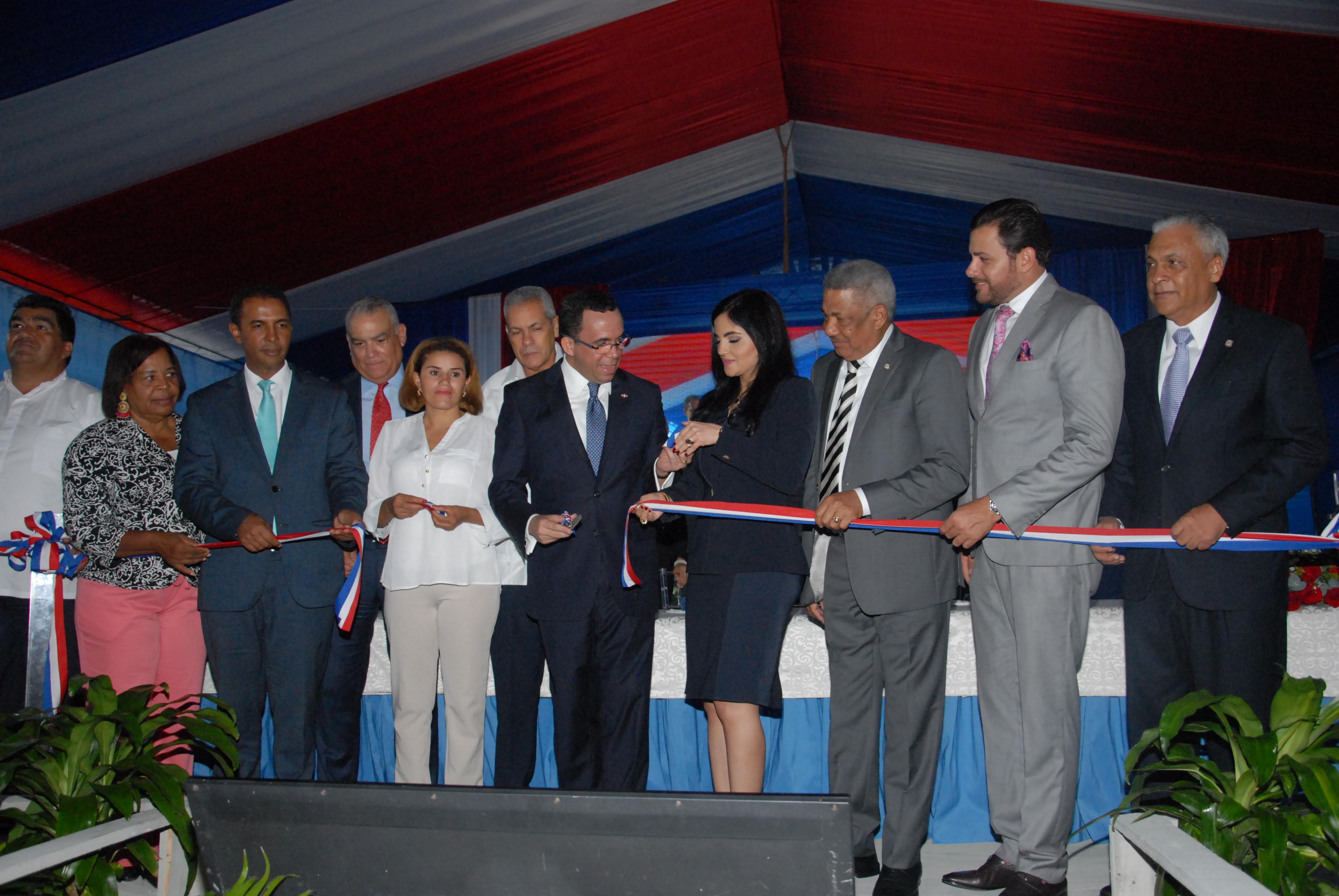 Presidente Danilo Medina entrega