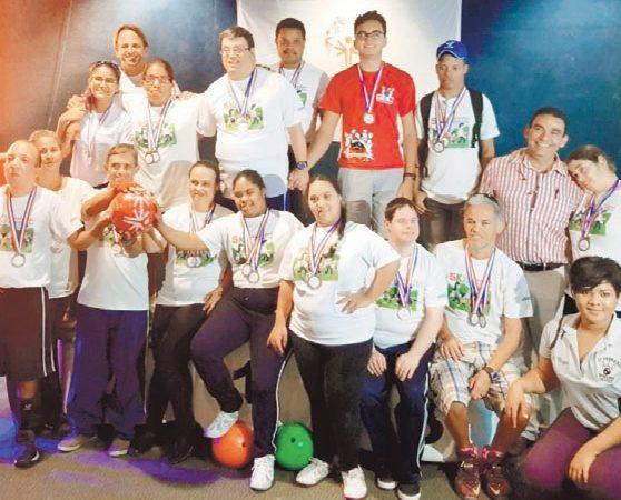 Premian atletas con discapacidad en torneo boliche