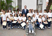 Navarro firma acuerdo con colegios cristianos