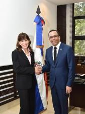 Navarro y embajadora de EEUU relanzan relación para calidad educativa