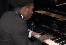 La historia de un adolescente que toca piano con cuatro dedos como profesional