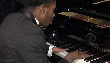 Adolescente que toca piano con cuatro dedos