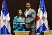 Diputada Karen Ricardo reconoce jóvenes de Santo Domingo Este