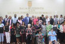 Alcalde reconoce a 16 mujeres