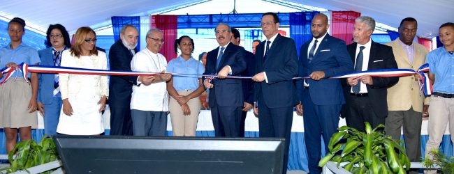 Medina entrega 2 centros en Boca Chica