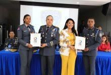 Juventud entrega becas a miembros policiales