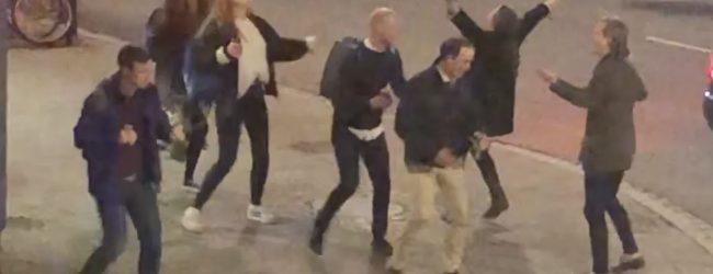 Jóvenes suecos bailando al son de Abba