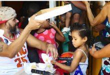 Rapero Ovni, entrega juguetes en Villa Francisca