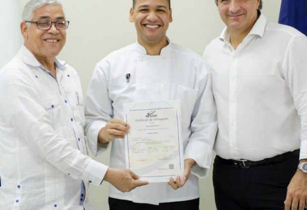 Elvis Hidalgo egresado de Infotep gana beca culinaria en España